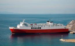 Weiß-rote Lieferung im Kanal von Griechenland Lizenzfreies Stockbild