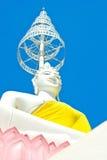 Weiß setzte Buddha-Bild und blauen Himmel im thailändischen Tempel stockfotos