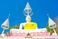Weiß setzte Buddha-Bild und blauen Himmel im thailändischen Tempel lizenzfreie stockbilder