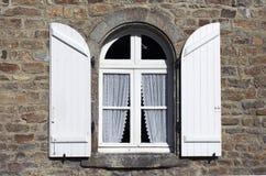 Weiß shutters Fenster bei Brita Lizenzfreies Stockbild