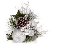 Weiß-, silberne und Grüneweihnachtsverzierung mit Kieferkegel Stockfotos
