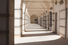 Weiß ummauert heißes Sommer-Tagesarabisches Gefängnis in Israel Museum von Fre Stockfotografie