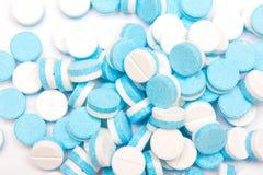 Weiß und Blau tablets Pillen auf weißem Hintergrund Lizenzfreies Stockfoto
