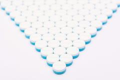 Weiß und Blau tablets Pillen auf weißem Hintergrund Stockfotos