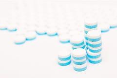 Weiß und Blau tablets Pillen auf weißem Hintergrund Lizenzfreie Stockfotografie