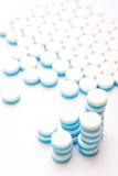 Weiß und Blau tablets Pillen auf weißem Hintergrund Lizenzfreie Stockfotos