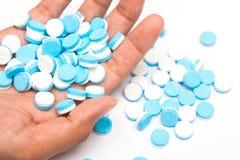 Weiß und Blau tablets Pillen an Hand Lizenzfreie Stockfotos