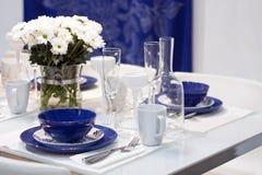 Weiß und blauer Speisetisch Stockfoto
