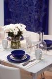 Weiß und blauer Speisetisch in der Gaststätte Stockbild