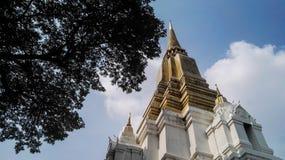 Weiß und gelb auf stupa Lanna-Art Lizenzfreies Stockbild