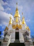 Weiß und Goldpagode auf blauem Himmel bei Khong Jiam Ubonratchatani, Stockfotos