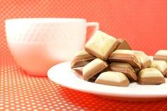 Weiß und Milchschokoladebonbons Stockfotos
