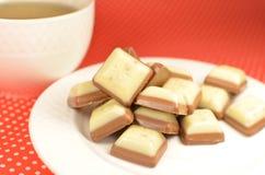 Weiß und Milchschokoladebonbons Lizenzfreie Stockbilder