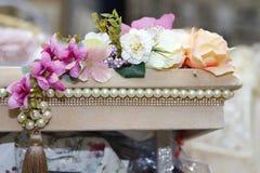 Weiß und mit Rose Engagement-Kiste oder großem Kasten lizenzfreie stockbilder
