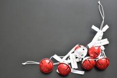 Weiß und Rot färbten Bälle auf einem schwarzen Hintergrund lizenzfreies stockfoto