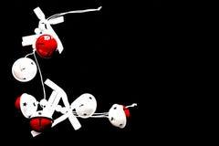 Weiß und Rot färbten Bälle n ein schwarzer Hintergrund stockfoto