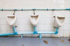 Weiß verfiel Toilette auf weißer Wand Stockfotografie