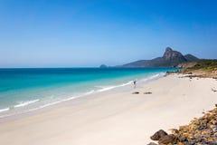 Weiß verlassener vietnamesischer Strand mit Türkiswasser Lizenzfreies Stockbild