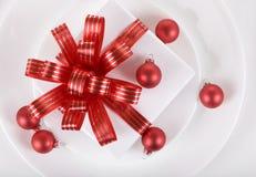 Weiß vorhanden mit roten Farbbändern auf einem großen Teller Stockfotos
