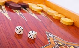 Weiß würfelt auf dem hölzernen getrennten Backgammonvorstand Stockbilder