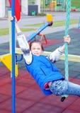Weiß zehn Jahre alte Mädchen genießt am Spielplatz Stockfotos