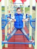Weiß zehn Jahre alte Mädchen hat Spaß am Spielplatz Stockbilder