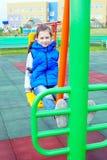 Weiß zehn Jahre alte Mädchen nimmt an Sportsimulatoren teil Stockfoto