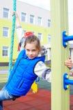 Weiß zehn Jahre alte Mädchen spielt am Spielplatz Lizenzfreies Stockbild