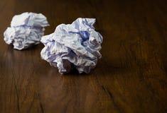 Weiß zerknitterter Papierball auf Schreibtischhintergrund Stockfoto