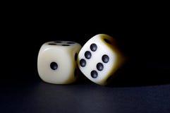 Weiß zwei würfelt lokalisiert auf Schwarzem Stockfotos