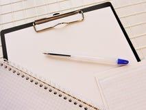Weißbücher sind auf dem Tisch im Büro Stockfotografie