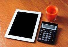 Weißbücher sind auf dem Tisch im Büro Stockfoto