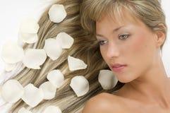 Weißblumenblätter des blonden Haares Lizenzfreies Stockfoto