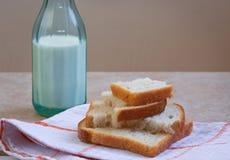 Weißbrot und Flasche Milch, einfaches Frühstück Lizenzfreies Stockfoto