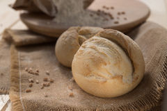 Weißbrot und Mehl auf dem Tisch Lizenzfreie Stockfotos