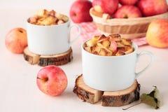 Weißbrotpudding mit Äpfeln stockfotos
