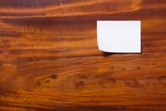 Weißbuch auf braunem hölzernem Brett lizenzfreie stockbilder