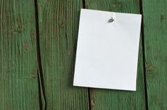 Weißbuch auf der hölzernen Wand vom alten Lizenzfreie Stockfotos