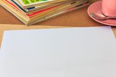Weißbuch auf Holztisch Stockbilder