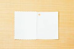 Weißbuch auf Sperrholzhintergrund Stockbilder