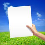 Weißbuch in der Hand Stockfotos