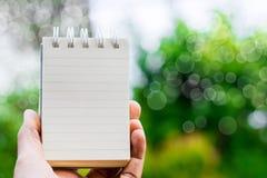 Weißbuch für Anmerkungen über unscharfen Baum- und bokehhintergrund in der Natur unter Verwendung der Tapete für Geschäft und Fin Lizenzfreies Stockbild