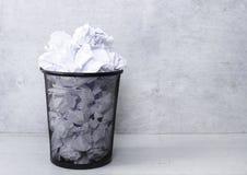 Weißbuch im Abfalleimer Lizenzfreie Stockfotografie