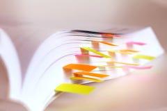 Weißbuch markiert durch klebrige Anmerkung lizenzfreie stockfotografie
