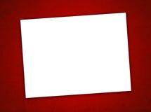 Weißbuch-Valentinstag-Karte auf dem roten Hintergrund Lizenzfreie Stockfotografie