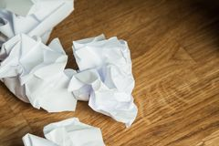 Weißbuchball auf einem Holztisch Lizenzfreie Stockfotografie