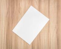 Weißbuchblatt auf hölzernem Hintergrund Schablone des Dokuments A4 und der Leerstelle für Text lizenzfreie stockfotografie
