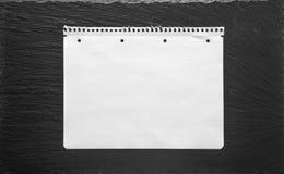 Weißbuchblatt auf schwarzem Hintergrund Schulbuchseite lizenzfreie stockbilder