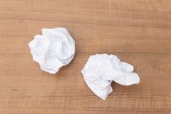 Weißbuchblatt, tapezieren zerknittert auf einem Bretterboden Stockfoto