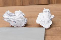 Weißbuchblatt, tapezieren zerknitterten Papierball, auf einem Bretterboden Stockbild